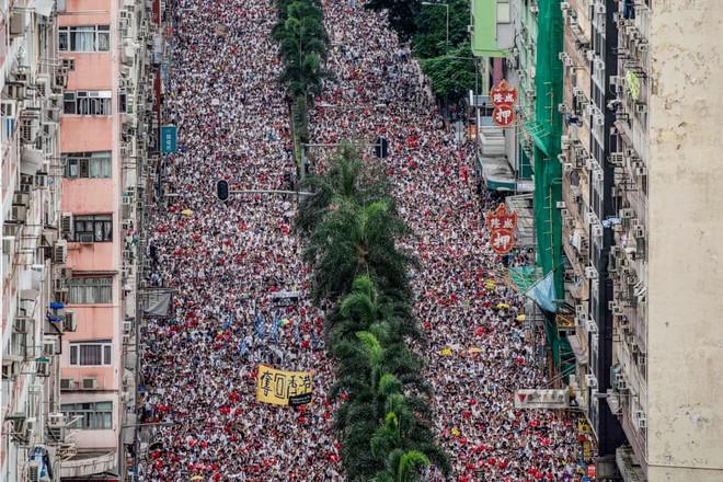 24h qua ảnh: Hàng triệu người đổ xuống phố biểu tình ở Hồng Kông - Ảnh 4.