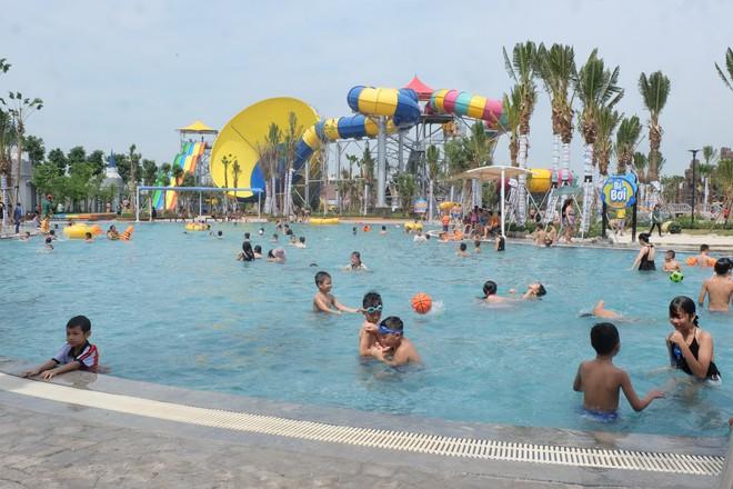 Giữa cao điểm nắng nóng, người dân đổ xô đến công viên nước lớn nhất Hà Nội - Ảnh 1.