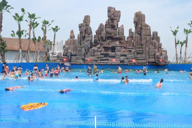 Giữa cao điểm nắng nóng, người dân đổ xô đến công viên nước lớn nhất Hà Nội - Ảnh 11.