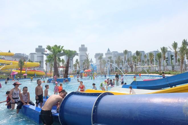 Giữa cao điểm nắng nóng, người dân đổ xô đến công viên nước lớn nhất Hà Nội - Ảnh 3.