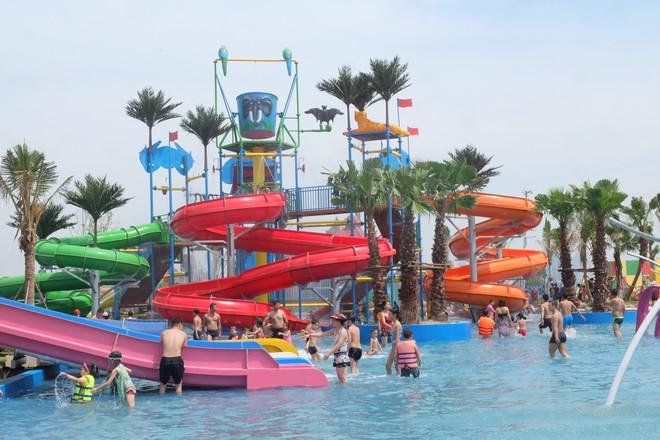 Giữa cao điểm nắng nóng, người dân đổ xô đến công viên nước lớn nhất Hà Nội - Ảnh 4.