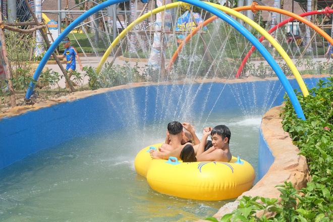 Giữa cao điểm nắng nóng, người dân đổ xô đến công viên nước lớn nhất Hà Nội - Ảnh 5.