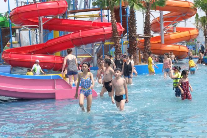 Giữa cao điểm nắng nóng, người dân đổ xô đến công viên nước lớn nhất Hà Nội - Ảnh 6.