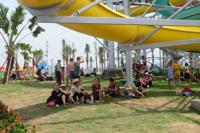 Giữa cao điểm nắng nóng, người dân đổ xô đến công viên nước lớn nhất Hà Nội - Ảnh 13.