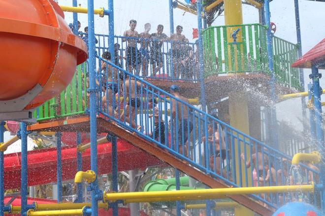 Giữa cao điểm nắng nóng, người dân đổ xô đến công viên nước lớn nhất Hà Nội - Ảnh 7.