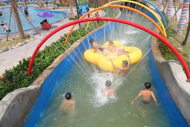 Giữa cao điểm nắng nóng, người dân đổ xô đến công viên nước lớn nhất Hà Nội - Ảnh 8.