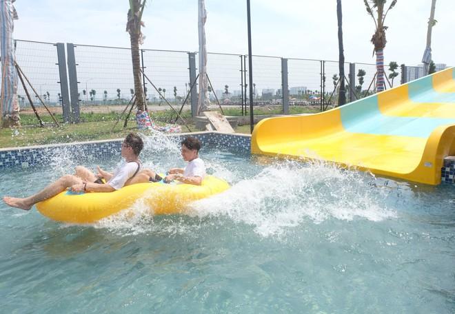Giữa cao điểm nắng nóng, người dân đổ xô đến công viên nước lớn nhất Hà Nội - Ảnh 10.