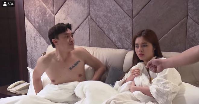 Phim Về nhà đi con: Đi trăng mật với vợ, Vũ vẫn ngang nhiên vào khách sạn với gái mới quen - Ảnh 4.