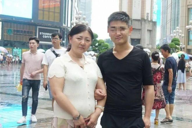 Bà Zhu chụp ảnh bên cậu con trai ruột sau hơn 20 năm nhận nhầm con.
