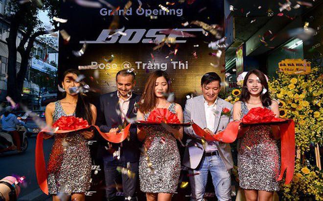Khách hàng thích thú tham dự sự kiện khai trương Bose Store lớn nhất Việt Nam