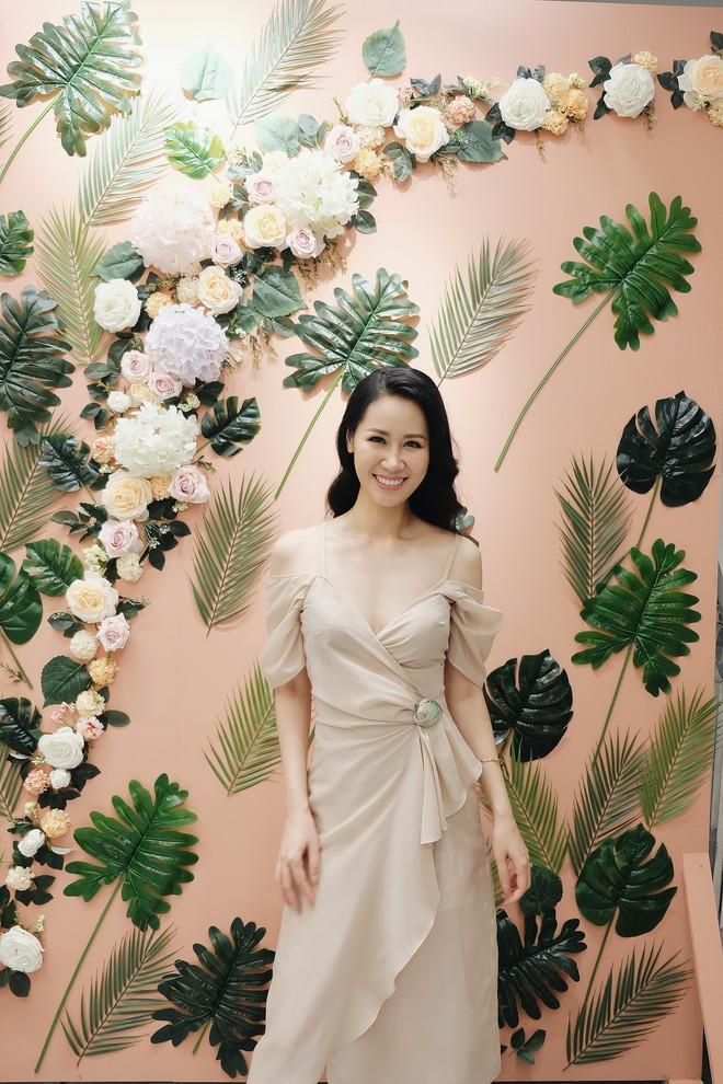 Phí Linh tranh thủ đến chúc mừng MC Quỳnh Chi lên chức bà chủ - Ảnh 4.