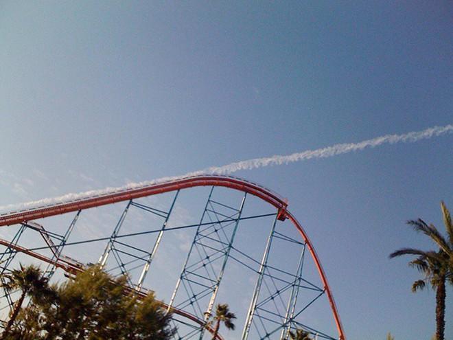 Vệt khói từ máy bay trông giống như là đã có một cuộc cất cánh từ tàu lượn