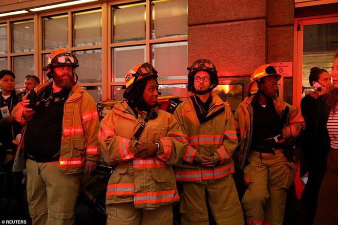 Hiện trường vụ trực thăng lao vào tòa nhà 54 tầng ở New York - ảnh 13