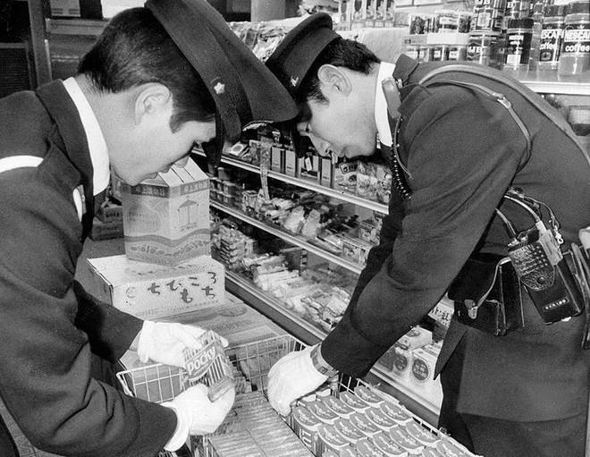 Cảnh sát thu hồi số kẹo bị tẩm độc.