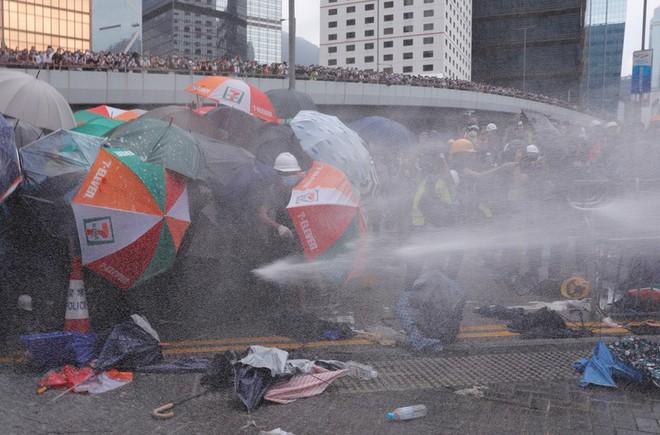 Đụng độ ở mức bạo loạn, cảnh sát Hong Kong có nhờ quân đội TQ giúp trấn áp biểu tình? - Ảnh 8.