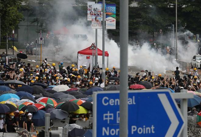 Đụng độ ở mức bạo loạn, cảnh sát Hong Kong có nhờ quân đội TQ giúp trấn áp biểu tình? - Ảnh 6.