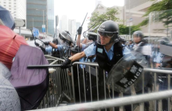 Đụng độ ở mức bạo loạn, cảnh sát Hong Kong có nhờ quân đội TQ giúp trấn áp biểu tình? - Ảnh 5.