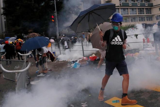 Đụng độ ở mức bạo loạn, cảnh sát Hong Kong có nhờ quân đội TQ giúp trấn áp biểu tình? - Ảnh 4.