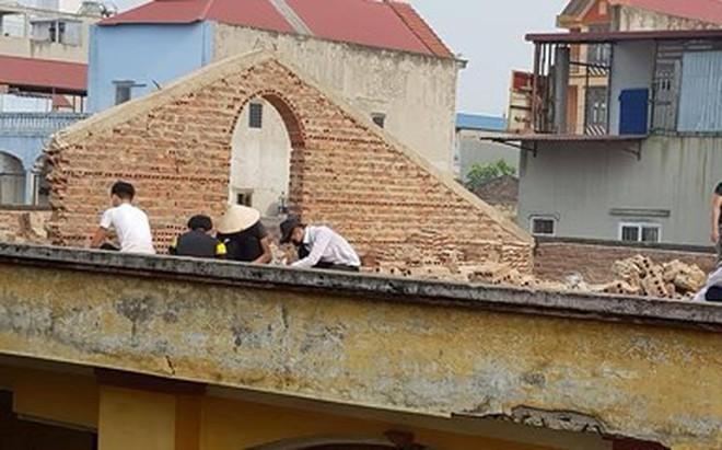 Học sinh cấp 3 bị giáo viên bắt ngồi đẽo gạch trên mái tầng 2 của trường giữa trời nắng