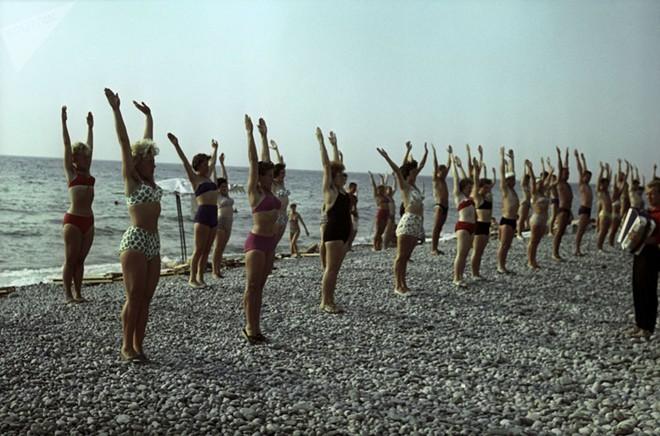 Ảnh hiếm về các hoạt động giải trí của giới trẻ Liên Xô trên bãi biển - Ảnh 11.