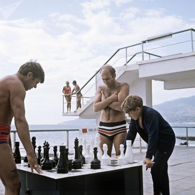 Ảnh hiếm về các hoạt động giải trí của giới trẻ Liên Xô trên bãi biển - Ảnh 12.
