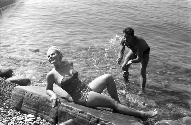 Ảnh hiếm về các hoạt động giải trí của giới trẻ Liên Xô trên bãi biển - Ảnh 13.