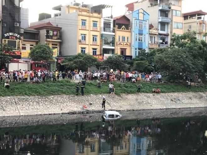 Xe ô tô bất ngờ 'tắm' sông Tô Lịch - Ảnh 4.