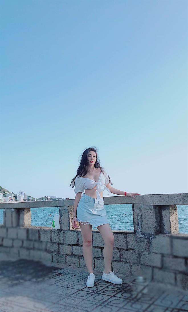 """Khổng Tú Quỳnh ngày càng gợi cảm và táo bạo: Chụp hình """"sương sương"""" cũng phanh áo hờ hững khoe vòng 1 - Ảnh 4."""