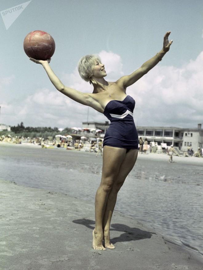 Ảnh hiếm về các hoạt động giải trí của giới trẻ Liên Xô trên bãi biển - Ảnh 5.