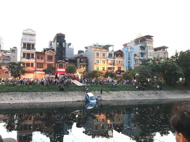 Xe ô tô bất ngờ 'tắm' sông Tô Lịch - Ảnh 6.