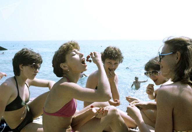 Ảnh hiếm về các hoạt động giải trí của giới trẻ Liên Xô trên bãi biển - Ảnh 8.