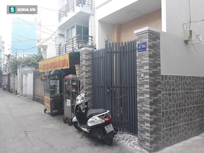 Người phụ nữ bị hàng xóm tạt cả chảo dầu đang sôi vì chuyện nhắc nhở đỗ xe ở Sài Gòn - Ảnh 1.
