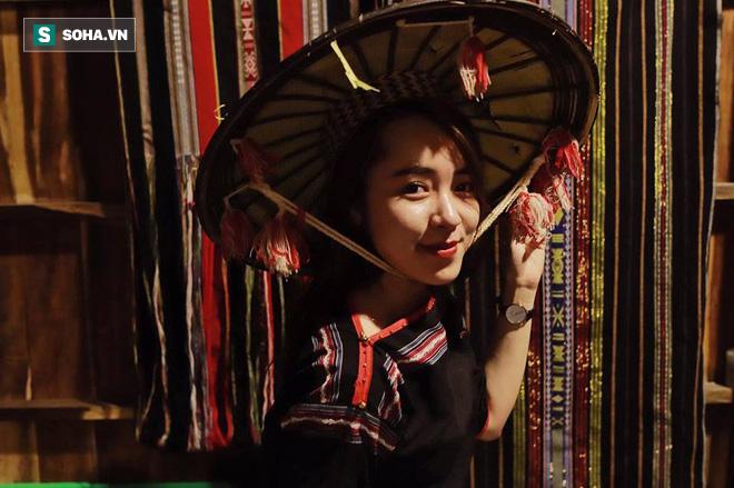 Cô gái mang chiếc mặt nạ độc đáo đi check in khắp Hà Nội khiến dân mạng 'lùng sục' tìm info vì quá dễ thương - ảnh 19