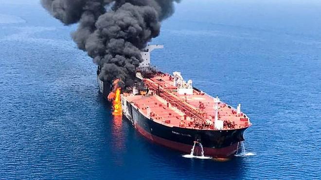 Hoa Kỳ vừa phát hiện thủ phạm tấn công 2 siêu tàu dầu - Hạm đội 5 Mỹ nhận tín hiệu khẩn nguy - Ảnh 3.