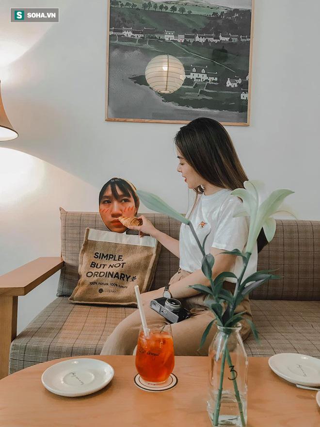 Cô gái mang chiếc mặt nạ độc đáo đi check in khắp Hà Nội khiến dân mạng 'lùng sục' tìm info vì quá dễ thương - ảnh 6