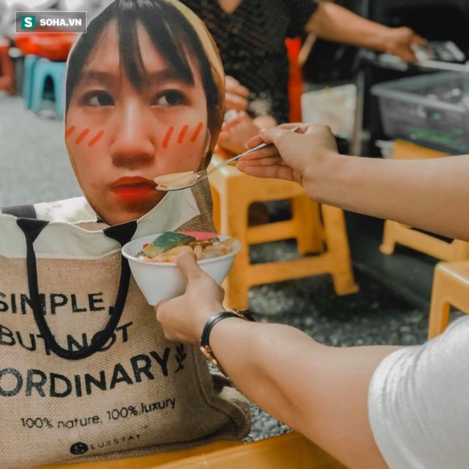 Cô gái mang chiếc mặt nạ độc đáo đi check in khắp Hà Nội khiến dân mạng 'lùng sục' tìm info vì quá dễ thương - ảnh 7