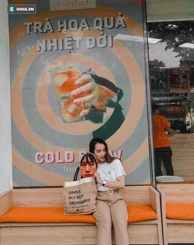 Cô gái mang chiếc mặt nạ độc đáo đi check in khắp Hà Nội khiến dân mạng 'lùng sục' tìm info vì quá dễ thương - ảnh 2