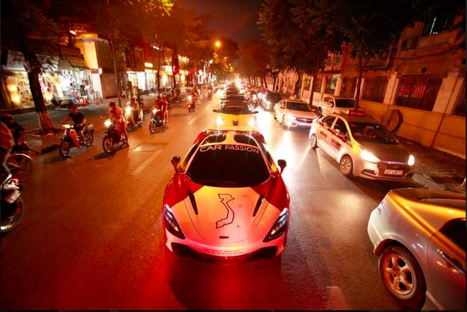 Vợ chồng Cường Đô la xuất hiện cùng dàn siêu xe 330 tỷ, khiến người đi đường phấn khích - Ảnh 1.