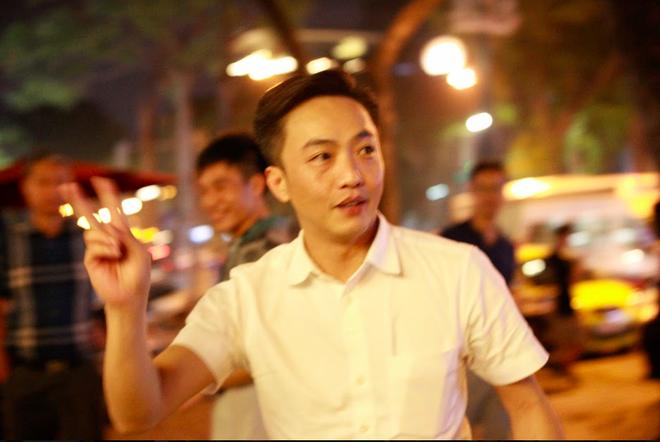 Vợ chồng Cường Đô la xuất hiện cùng dàn siêu xe 330 tỷ, khiến người đi đường phấn khích - Ảnh 4.
