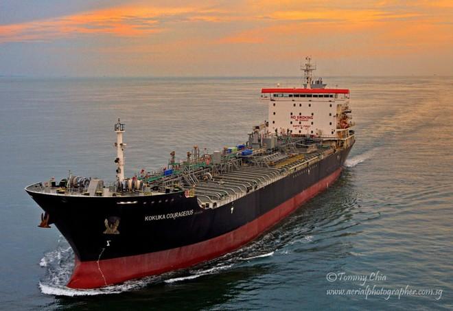 NÓNG: Hạm đội 5 Mỹ nhận tín hiệu khẩn nguy của 2 tàu dầu bị tấn công - 1 tàu 75.000 tấn vừa chìm? - Ảnh 7.