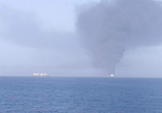 NÓNG: Hạm đội 5 Mỹ nhận tín hiệu khẩn nguy của 2 tàu dầu bị tấn công - 1 tàu 75.000 tấn vừa chìm? - Ảnh 6.