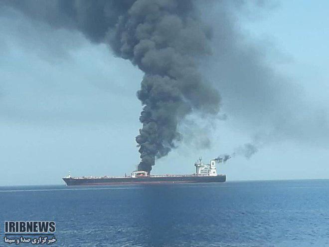 NÓNG: Hạm đội 5 Mỹ nhận tín hiệu khẩn nguy của 2 tàu dầu bị tấn công - 1 tàu 75.000 tấn vừa chìm? - Ảnh 5.