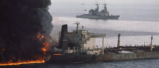 NÓNG: Hạm đội 5 Mỹ nhận tín hiệu khẩn nguy của 2 tàu dầu bị tấn công - 1 tàu 75.000 tấn vừa chìm? - Ảnh 3.
