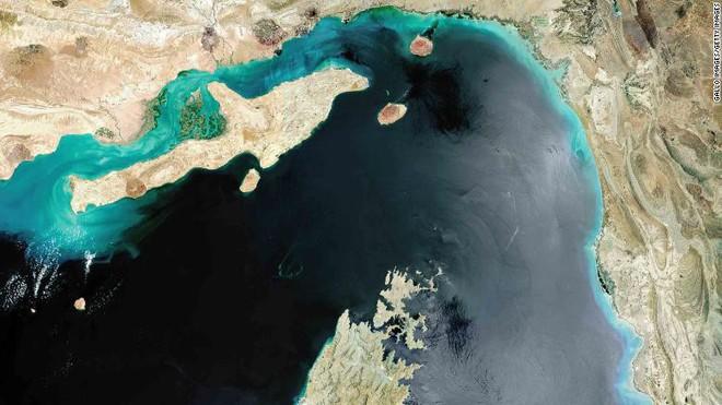 Hoa Kỳ vừa phát hiện thủ phạm tấn công 2 siêu tàu dầu - Hạm đội 5 Mỹ nhận tín hiệu khẩn nguy - Ảnh 6.