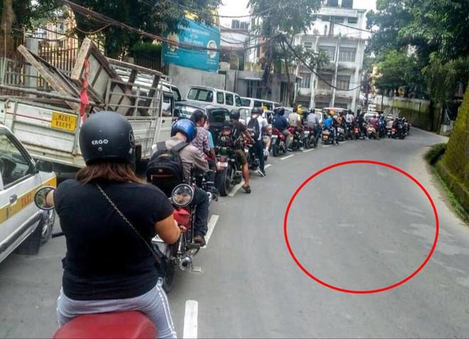 Không một ai lấn sang làn đường bên cạnh để đi.