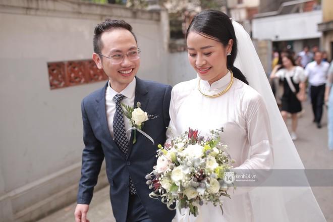 Chồng sắp cưới xúc động, dành nụ hôn tình cảm cho MC Phí Linh trong đám hỏi - Ảnh 13.