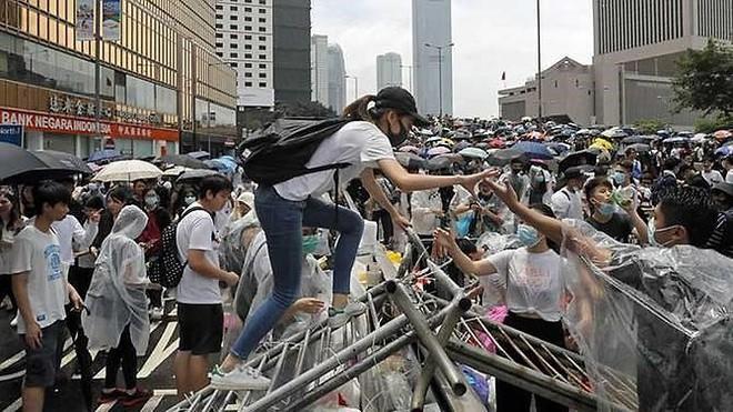 Hong Kong chìm ngập trong hơi cay và bạo loạn - ảnh 4