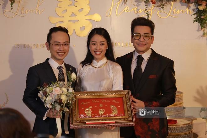 Chồng sắp cưới xúc động, dành nụ hôn tình cảm cho MC Phí Linh trong đám hỏi - Ảnh 6.