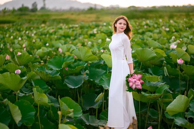 Nữ DJ nước ngoài xinh như thiên thần, mặc áo dài thả dáng giữa hồ sen gây sốt MXH - ảnh 1