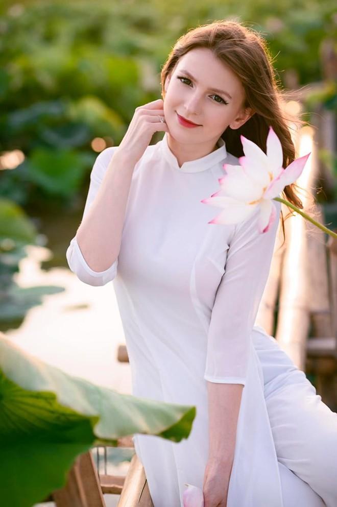 Nữ DJ nước ngoài xinh như thiên thần, mặc áo dài thả dáng giữa hồ sen gây sốt MXH - ảnh 4
